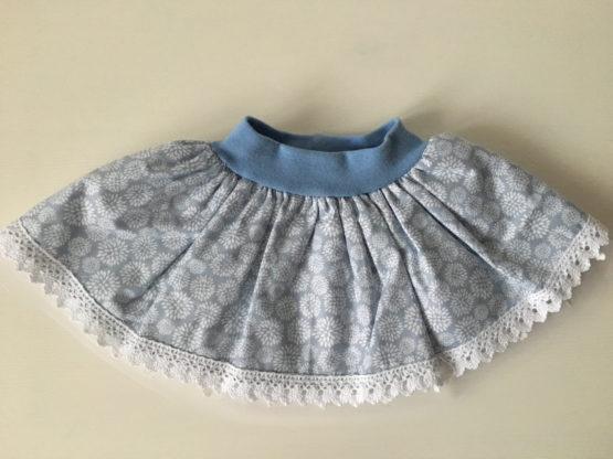 jupes bébés bleu à fleurs blanches et dentelles en coton